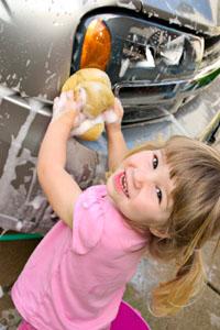 criança lavando carro